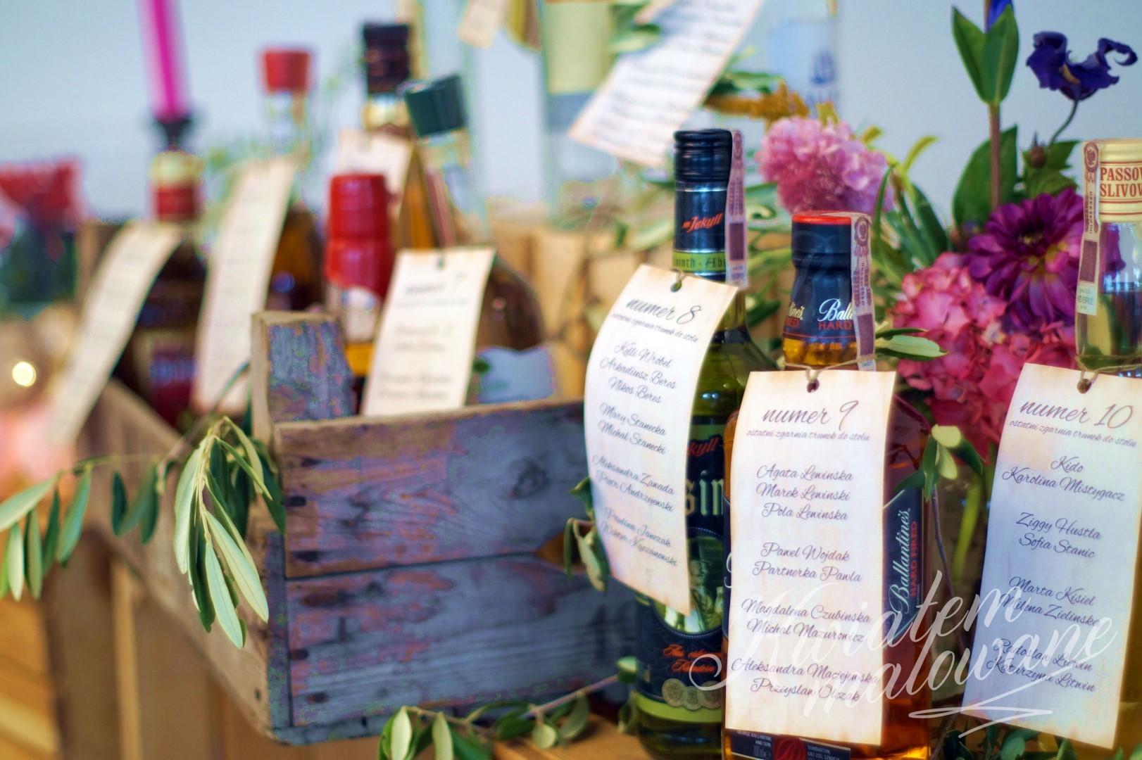 skrzynki-z-alkoholem-przystrojone-kwiatami