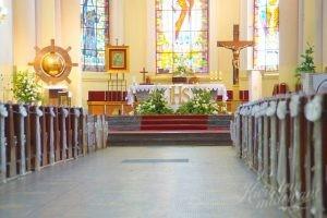 Widok ogólny kościoła udekorowanego na komunię