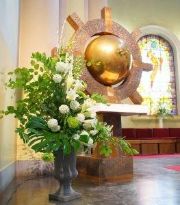 Widok tabernakulum udekorowanego na komunię