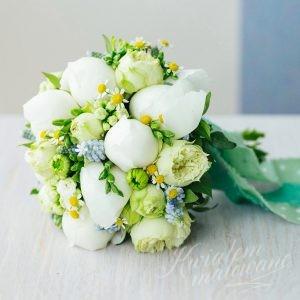 Bukiet ślubny z białymi kwiatami