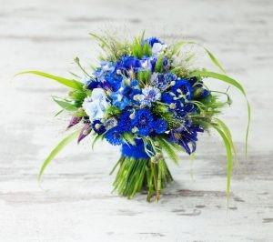 bukiet ślubny z niebieskich kwiatów