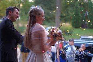 Nowożeńcy z bukietem z łódzkiej kwiaciarni
