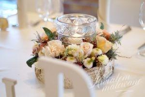 Dekoracja kwiatowa na stole w sali weselnej