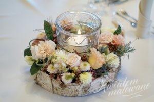 Delikatna dekoracja kwiatowa na stole