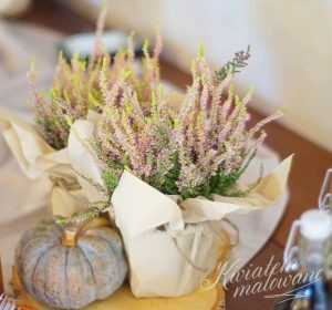 Kolejna dekoracja z kwiatów na stole
