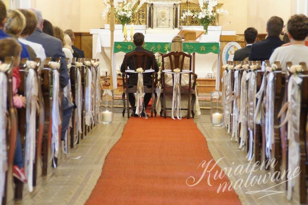 Przystrojone ławki kościelkne
