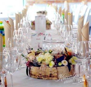 Przystrojony stół na sali weselnej