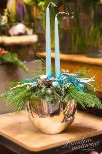 stroik z niebieskimi świecami