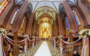 Kościół udekorowany na ślub