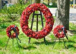 Duzy okrągły wieniec pogrzebowy z czerwonych roz
