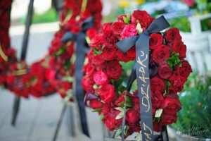 Mały wieniec pogrzebowy z czerwonych roz