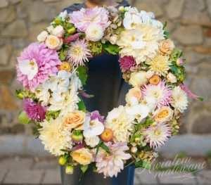 Wieniec pogrzebowy z kolorowych kwiatów