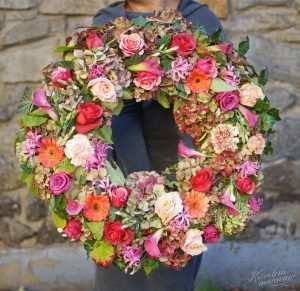 Wieniec pogrzebowy z różnokolorowych kwiatów