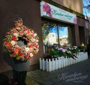 Wieniec pogrzebowy z kolorowych róż