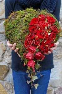 Kompozycja na grób w ksztalcie serce z czerwonych róż i mchu