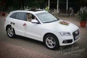 Samochód Pary Młodej florystycznie udekorowany kwiatami