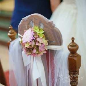 Ozdoba krzesła w kościele na ślubie