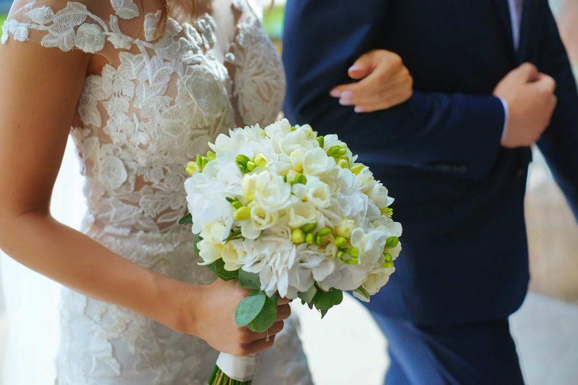 Biały Bukiet Ślubny w rękach Panny Młodej
