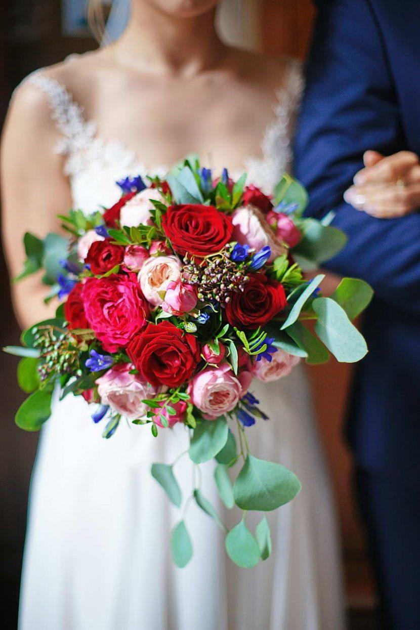 Bukiet ślubny w rękach Panny Młodej