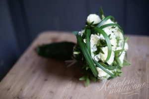 Bukiecik komunijny z białych kwiatów