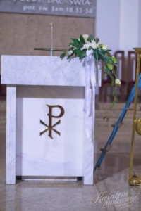 Widok mównicy udekorowanego do Pierwszej Komunii Świętej