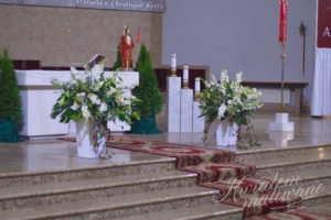 Widok ołtarza udekorowanego do Pierwszej Komunii Świętej