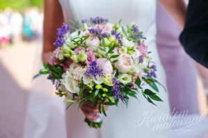 Bukiet ślubny z biało fioletowych kwiatów